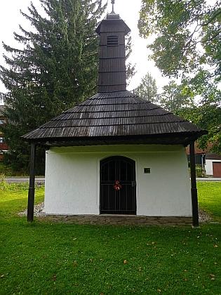 """Kaple sv. Antonína a sv. Barbory u pohřebiště """"barabů"""", stavebních dělníků, kteří zemřeli při stavbě tunelu u Špičáku (1874-1877)"""