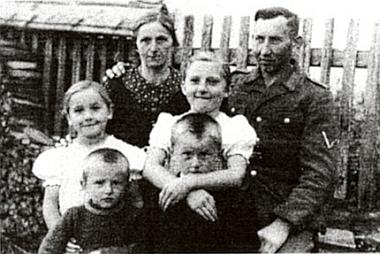 Se čtyřmi dětmi na dovolené z fronty