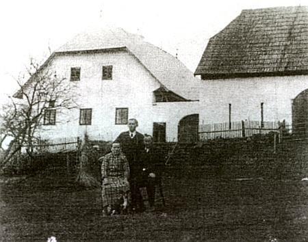 S rodiči Marií a Danielem tu stojí Karl Fuchs před rodným domem čp. 17 (Deller) v Perlovicích