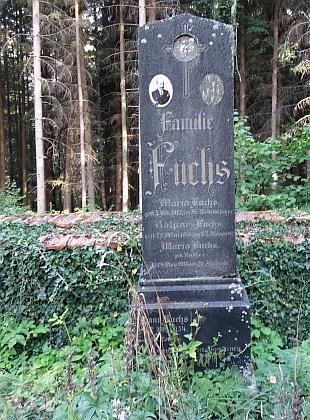 Hrob rodiny Fuchsovy na hřbitově v Libínském Sedle