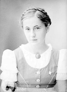 Jeho dcery Gertrud (*30. prosince 1918 v Linci), provd. Niedoba, a Christa (*2. března 1925 v Českých Budějovicích) na snímcích z let 1939 a 1942