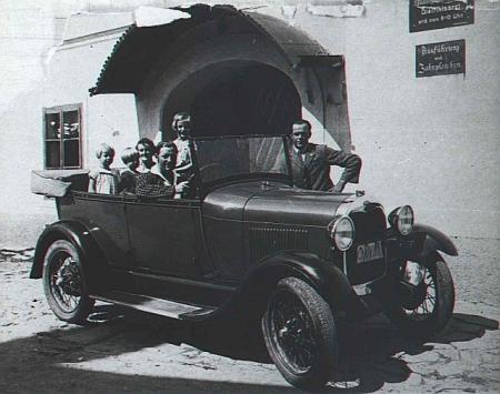 Obvodní lékař MUDr. Fuchs s rodinou a autem na snímku z Rožmberka nad Vltavou, pořízeném roku 1929