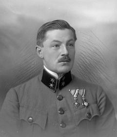 Na tomto snímku z fotoateliéru Seidel s datem 12. února 1917 je zřejmě zachycen on jako ani ne třicetiletý