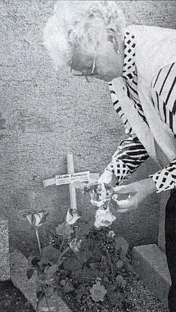 Při návštěvě pily v Grainetu a na hřbitově u místa, kde kdysi ležel hrob její dcery Christy