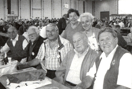 Mezi rodáky sedí tu druhý zleva, za ním prvá zleva stojí Maria Hochreiterová