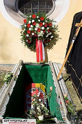 Čerstvý hrob s kyticí zemského hejtmana Pühringera