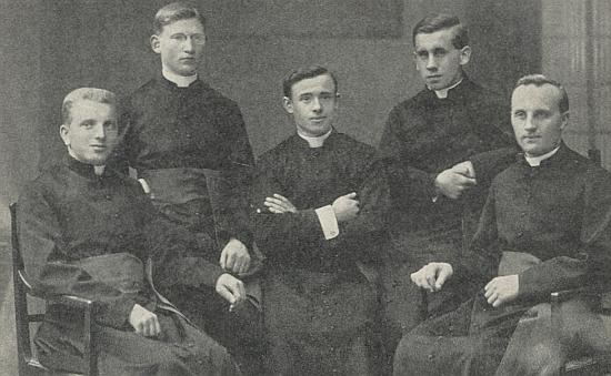 Na snímku německých novokněží českobudějovické diecéze z roku 1926 je Isidor Gabriel ten stojící vpravo, úplně vpravo sedí Ottomar Rausch