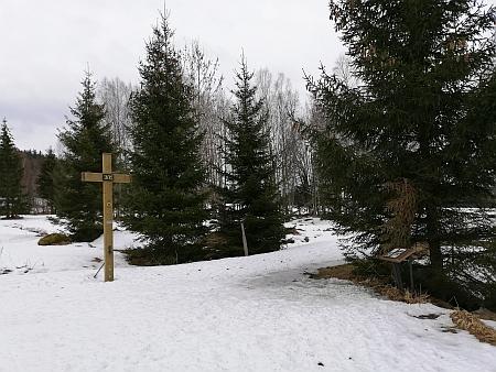 Kříž na místě kaple na snímku z roku 2019