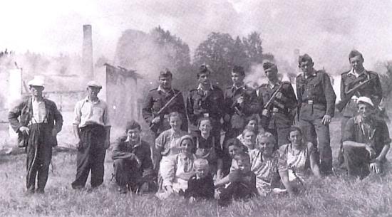 Demoliční četa, likvidující v rámci budování pohraničního pásma obec na Českožlebsku, nejspíše Dolní nebo Horní Cazov