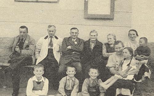 Sedí tu prvý zleva na lavici před Paulikových hostincem v Horní Vltavici, třetí zleva je zachycen na snímku z roku 1939 Dr. Rudolf Kubitschek, vedle pak jeho maminka Aloisia