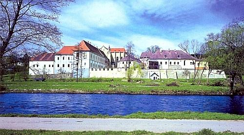 Tady ve Zlaté Koruně nad řekou Vltavou byl pokřtěn