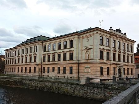 Budova českokrumlovské školy, kde působil jako ředitel