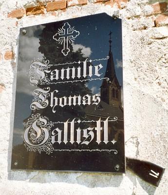 Na českokrumlovském hřbitově se ve zdi kupodivu zachovala deskasjeho jménem