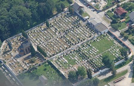 Českokrumlovský hřbitov s novogotickým kostelem Panny Marie Bolestné i se svou židovskou částí (vlevo dole) na leteckém snímku z roku 2006