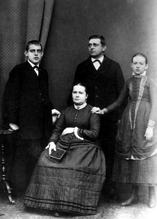 S rodiči a sestrou na společné fotografii - všichni ostatní sourozenci zemřeli ještě před dovršením desátého roku života