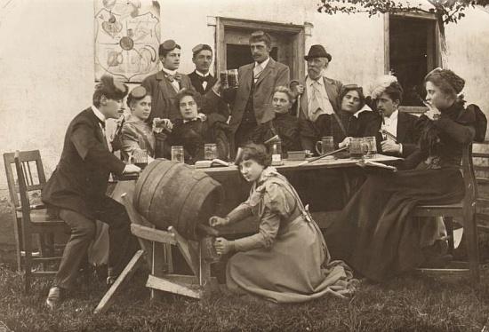 """Ve veselé společnosti letních hostů stojí Gangl """"ve dveřích"""", sedící druhá zleva je jeho sestra Maria, provd. Mardetschlägerová, zemřelá ve Vídni ještě devět let před svým bratrem"""