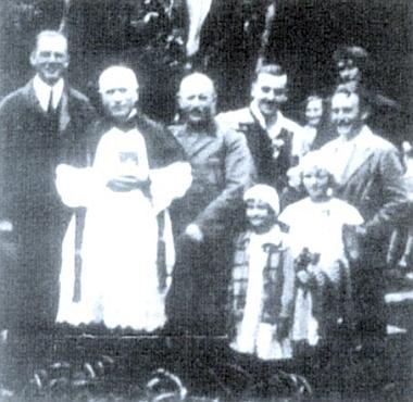 """Snímek z """"knížecího dne"""" na Hůrce s farářem Březinou a členy panské rodiny"""