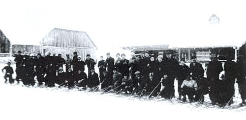 Dva snímky z lyžařského kurzu, který ve dnech 24. ledna až 4. února 1934 organizoval na Horské Kvildě prof.Walter Gatermann z reálky v Kašperských Horách