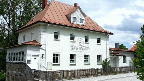 Na adrese Bahnhofstraße 7, kde v Bavorské Železné Rudě skonal, se dá najít i mateřská škola sv. Mikuláše