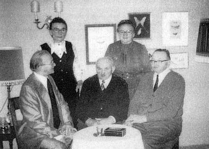 Se sourozenci, sedící první zleva je pravděpodobně bratr Karl
