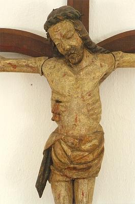 """Socha na kříži, dnes ve sbírkách Alšovy jihočeské galerie, dokládá, že byla předmětem paraliturgických """"her"""", měla v ramenou otáčivé čepy, které umožňovaly každoroční její snímání z kříže a ukládání do Božího hrobu, kříž sám pak připomíná tzv. větvový kříž (Astkreuz), naznačující původ ze stromu, někdy jen nahrubo a narychlo přitesaného"""