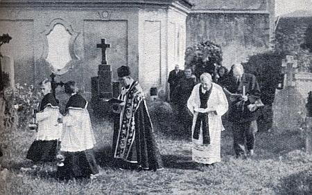 Za farářem Strakou kráčí v Kájové v jednom z pohřebních průvodů - oba jsou tu pochováni v jednom hrobě (viz níže)