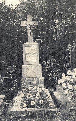 Hrob děkana Geista při poutním kostele v Kájově, ještě celý vkvětech