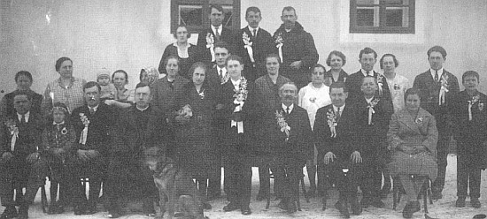 Na vzácném snímku z neteřiny svatby v Boleticích v roce 1942 (sedící čtvrtý zleva)