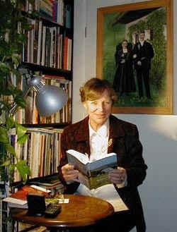 Při jednom z četných autorských čtení s obrazem Gerlinde a Maxe na stěně za ní
