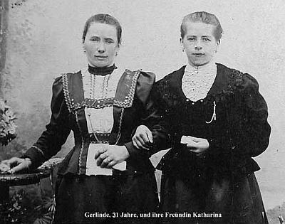 Gerlinde z její knihy ve 31 letech se svou přítelkyní Katharinou