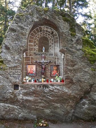 Výklenková kaplička vytesaná ve skále pod vrcholem Královskéhokamene
