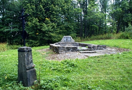 To je vše, co z Milova zůstalo (památník, zřízený na základech někdejší milovské kaple)