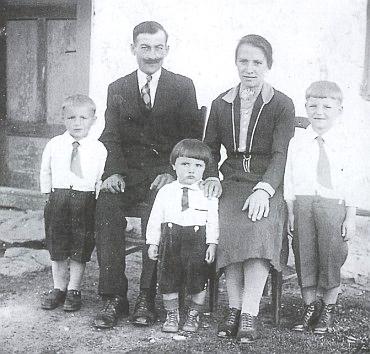 S rodiči stojící uprostřed mezi staršími bratry