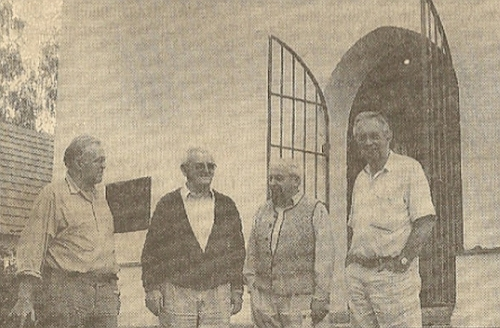 Před kostelem v Mouřenci, o jehož obnovu se společně zasloužili, stojí zleva Karl Prinz, Josef Pöschl, Karl Suchy a Klemens Gerl