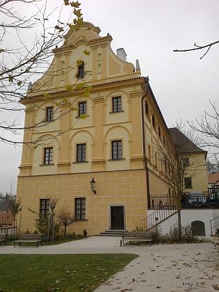 Budova bývalého německého gymnázia vČeském Krumlově, vekteré dnes sídlí muzeum