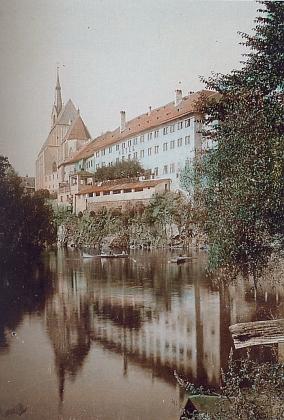 Jezuitská kolej v Českém Krumlově, navazující nakostel sv. Víta, na kolorované pohlednici z roku 1906...