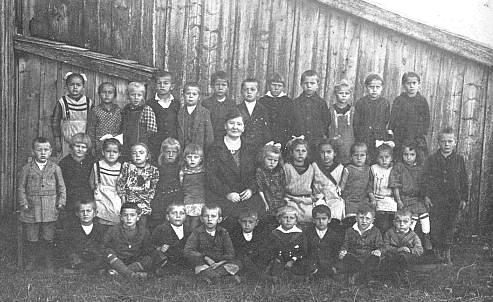 Škola v Nových Hutích 1919, Ida Pillerová v prostřední řadě druhá zprava