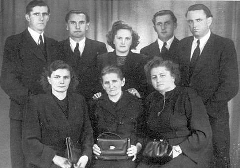 S pozůstalou rodinou (sedící prvá zprava) po smrti otcově roku 1951
