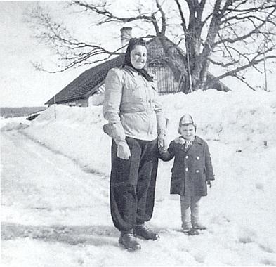 O zasněžených Velikonocích válečného roku 1940 stojí Ida se svým malým synovcem Helmutem před rodným domem, Pillerovým pekařstvím