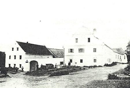 """Statek rodiny Weissovy v zaniklém Lomku a kamenný vodní žlab, jediné, co z Weissových stavení, zvaného """"Glimschn-Haus"""" zůstalo"""