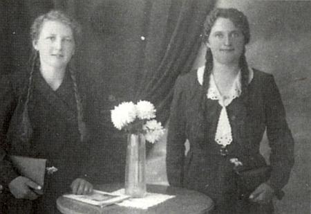 Jeho maminka Maria Geyerová (1913-2000), rodem ze Smědečku (Klein-Zmietsch), stojí na tomto snímku,     pořízeném roku 1936 v Netolicích, napravo od své přítelkyně Marie Böhmové
