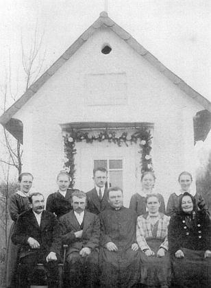 Kaple při zaniklé osadě Graben na snímku zachycujícímvpředu uprostřed sedícího faráře Johanna Weiße