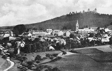 Pohled na Kašperské Hory, vlevo poutní kostel Panny Marie Sněžné, vpravo nahoře hrad Kašperk