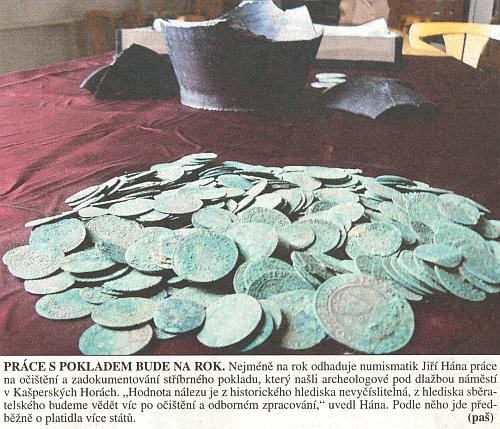 """V roce 2009 byl pod dlažbou náměstí v Kašperských Horách nalezen stříbrný poklad """"nevyčíslitelné hodnoty"""""""