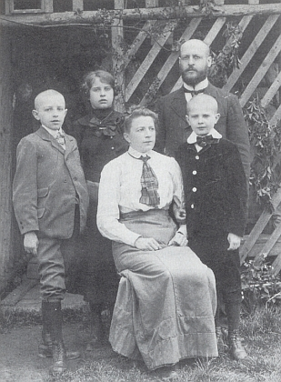 Konrad Gintner se ženou Anastasií a dětmi (odleva) Willim, Gretl a Arthurem