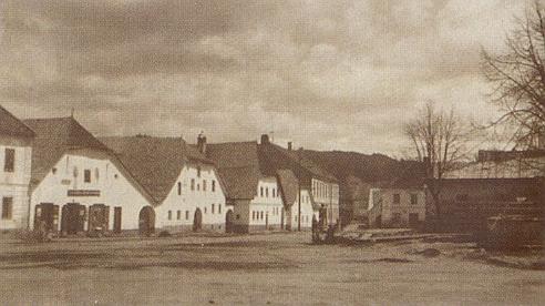 Náměstí v Horním Dvořišti na staré pohlednici z počátku 20. století