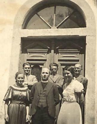 Vzácný snímek z kroniky obecné školy v Horské Kvildě, kde také učíval, ho tu ve školním roce 1937/1938 zachycuje s ostatními členy učitelského sboru