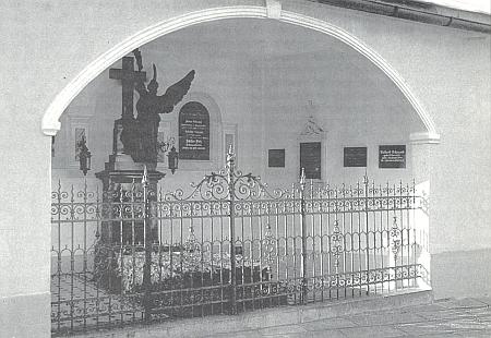 Hrobka sklářské rodiny Schrenkovy na jihozápadní straně kostela v bavorském Lamu