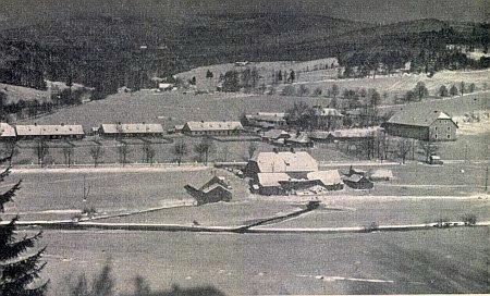 """Alžbětín s domy někdejší sklárny, které po válce posloužily jako """"sběrný tábor"""" pro odsun"""