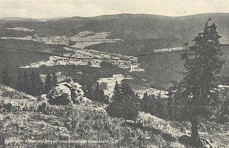 Pohled z Javoru zachycuje na poválečné dopisnici i hraniční čáru mezi oběma Železnými Rudami